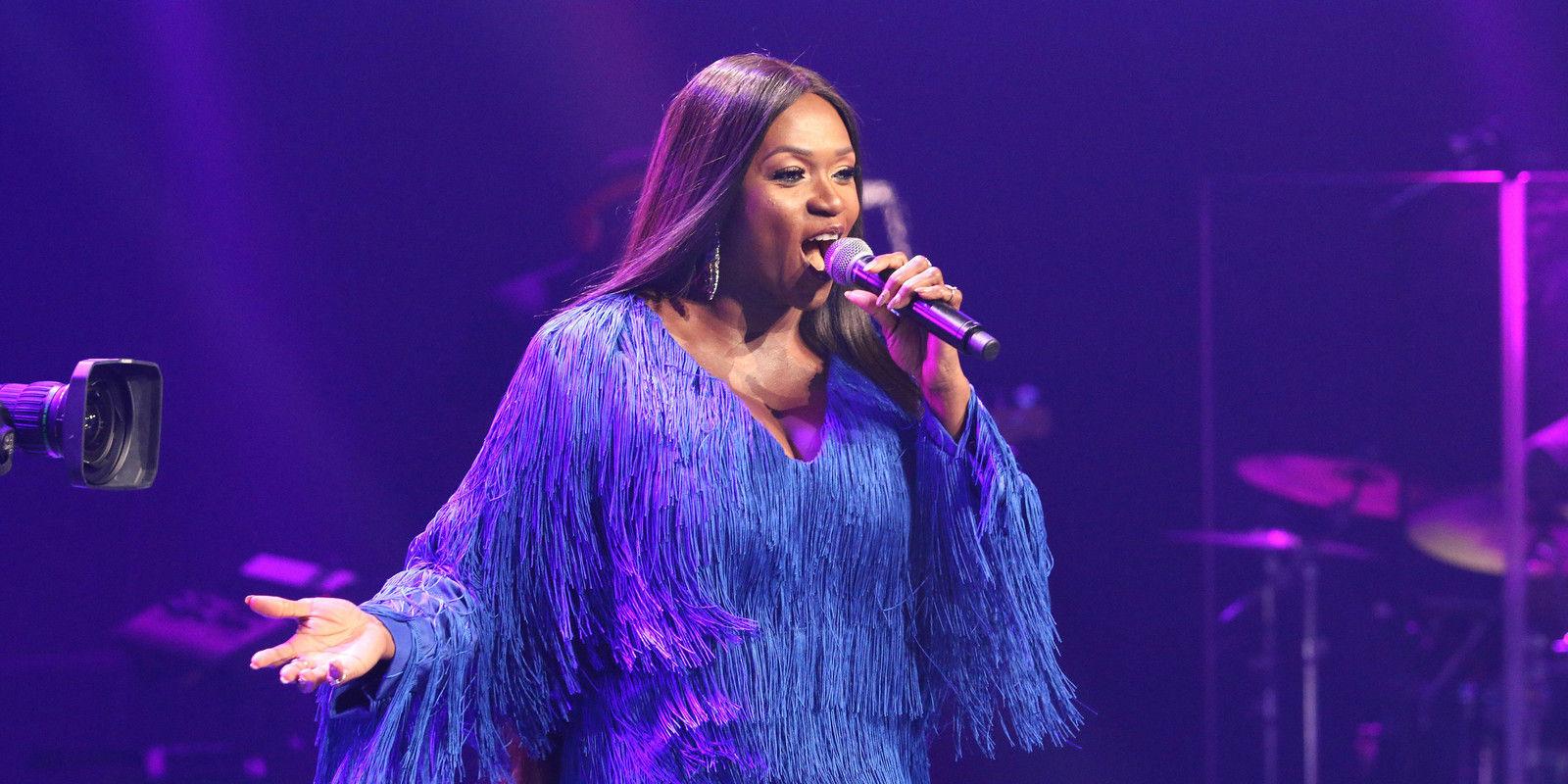 34 waje singing on stage  8  004 pre