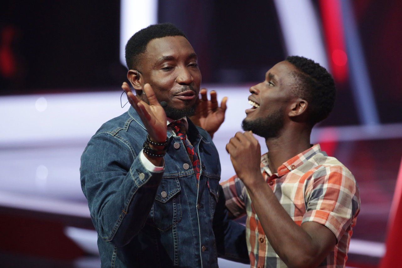 33 timi dakolo and idyl having fun on stage 004 pre