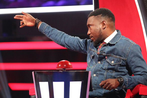 28 timi dakolo gesturing and talking to talent  5  003 pre