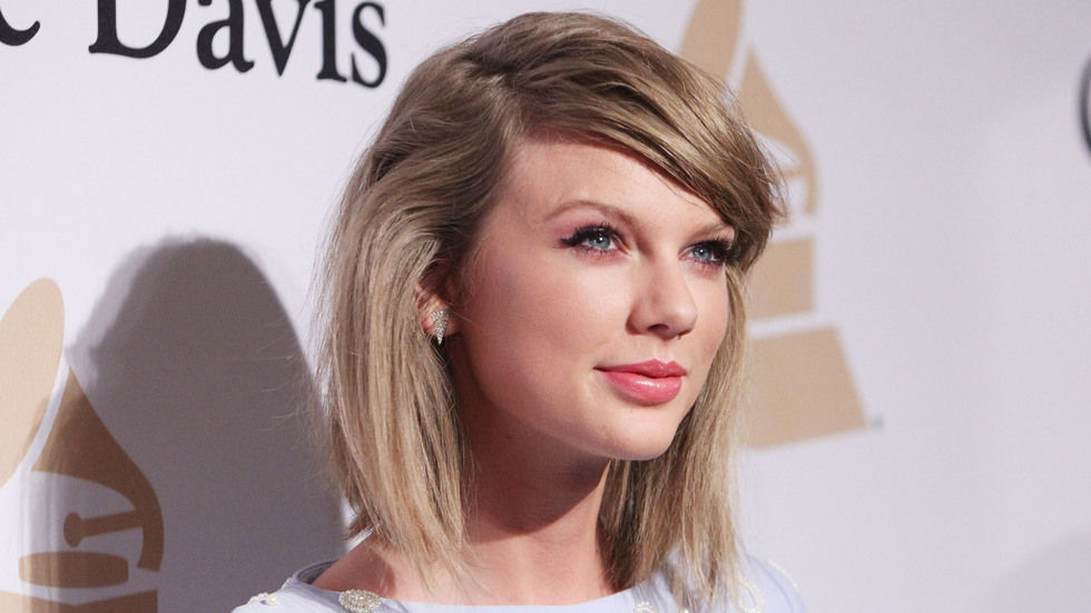 Getty image close up of Taylor Swift with casual short hair.