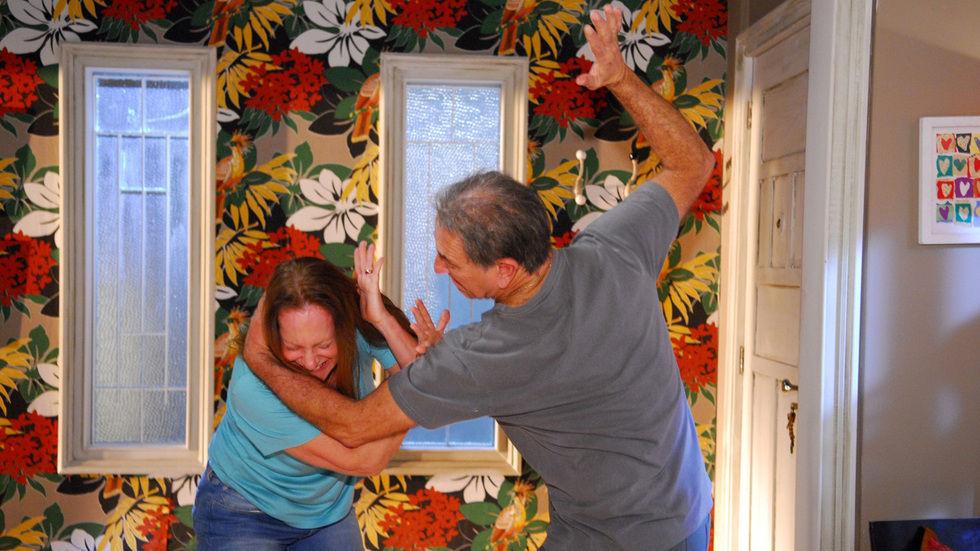 Cena de homem a bater uma mulher