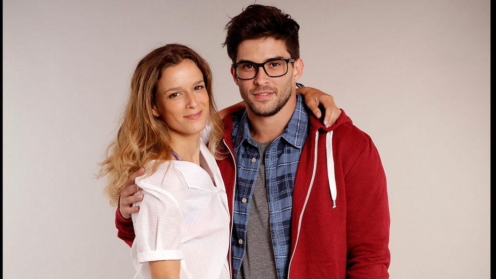 Leonor abracada a um rapaz de casaco vermelho e oculos