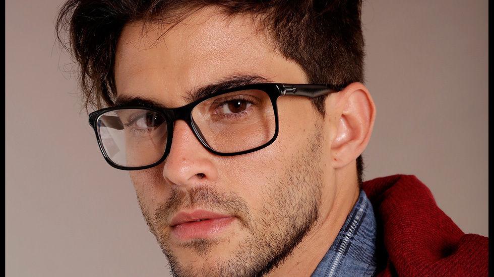 Diogo de oculos