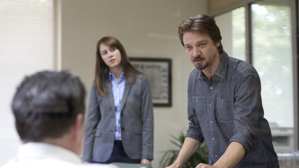 Jeremy Renner and Mary Elizabeth Winstead in Kill the Messenger.