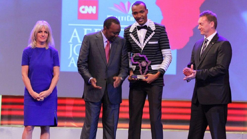 President Uhuru Kenyatta and MultiChoice CEO Tim Jacobs congratulating Journalist of the Year winner Hyacinthe Boowurosigue Sanou
