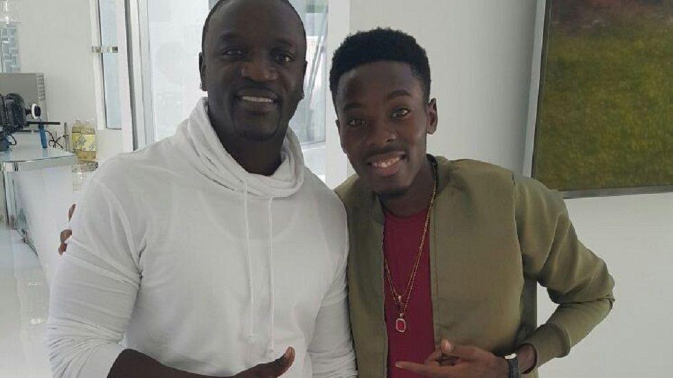 Akon na mshindi wa Airtel Star Compettion Nalimi Mayunga