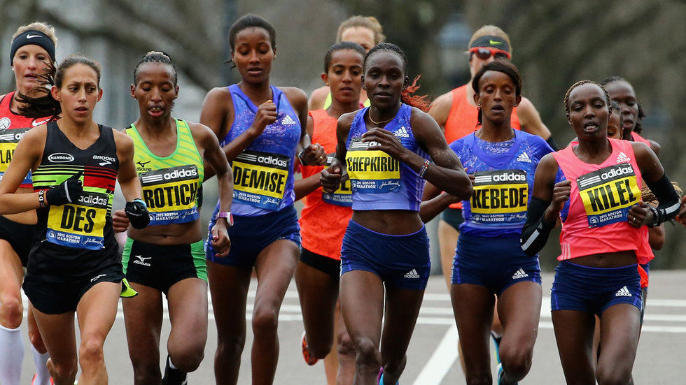 Desiree Linden leads the pack at the 2015 Boston Marathon.