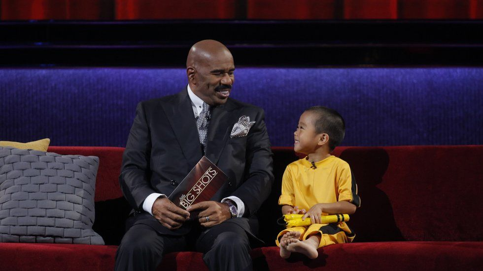 A picture of Steve Harvey with one of the children on M-Net's Little Big Shots.