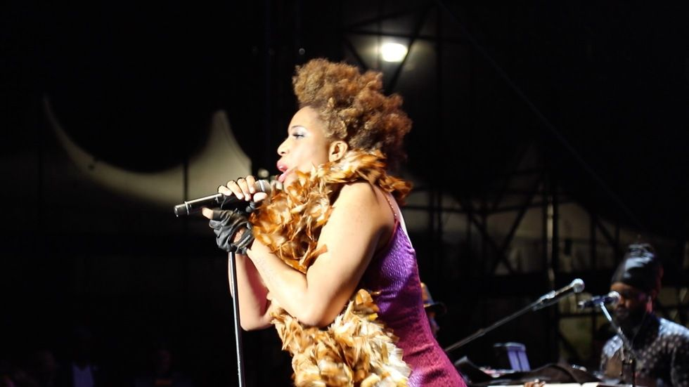 Macy Gray in a feather scarce at DStv Delicious 2016 - Steven Mabunda (photographer)