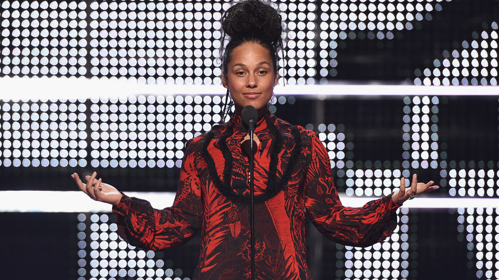 Alicia Keyes on stage with no makeup.