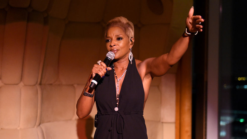 Mary J Blige on stage.