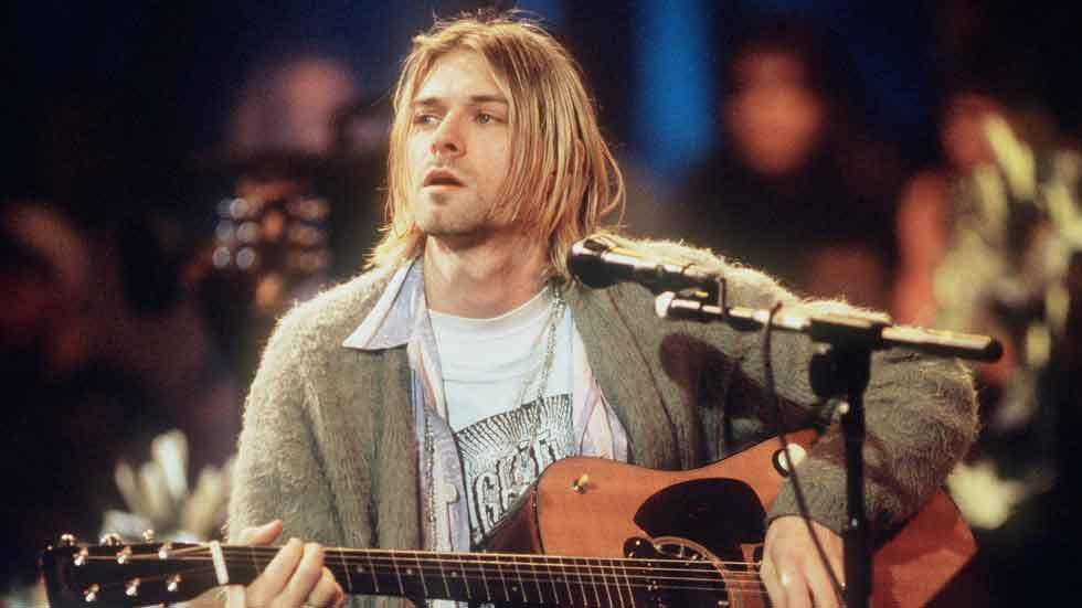 Kurt Cobain performs live