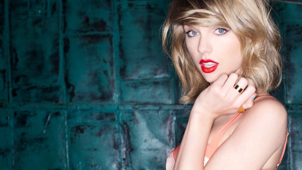 Taylor Swift poses.