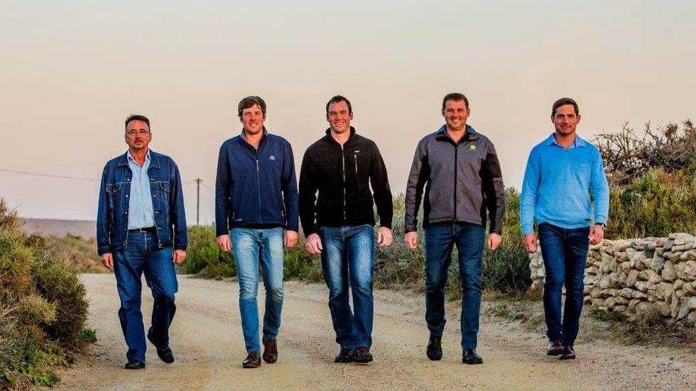 Boer Soek 'n Vrou S10, top 5 farmers walk together