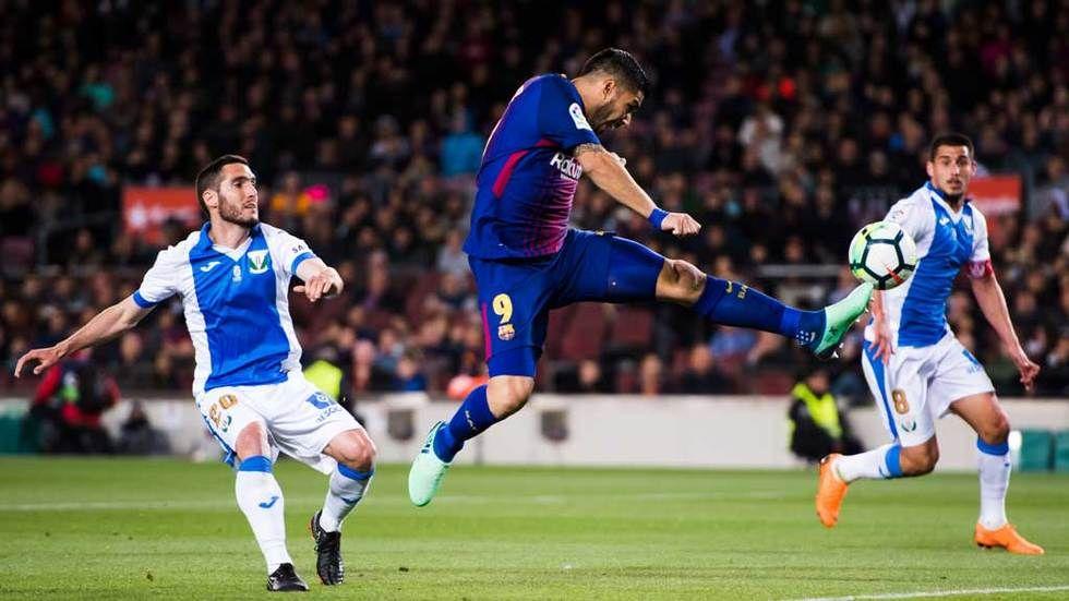 dstv,getty,futebol,barcelona,suarez,pontape,hl.jpg