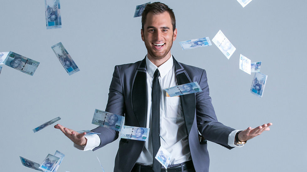 Pietie Beyers, host of Blitsbrein, juggling R100 notes